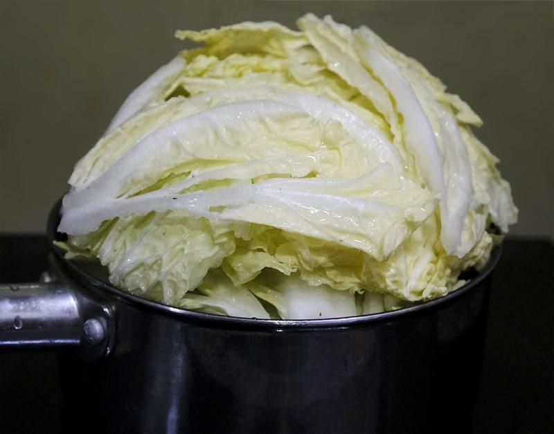 白菜を鍋に入れる