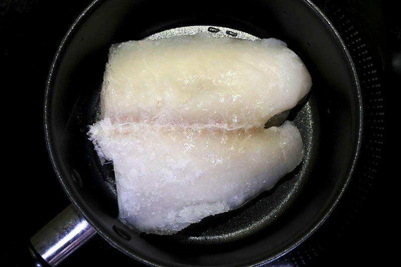 パンガシウスを小鍋に入れる