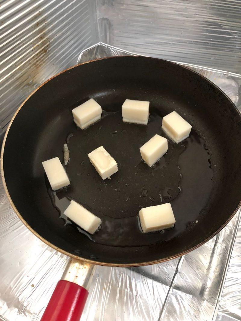 フライパンでお餅を焼く