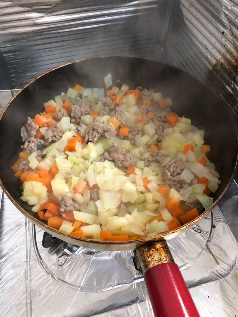 ひき肉と野菜を絡める